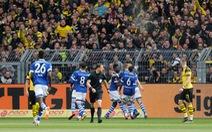 2 thẻ đỏ, 4 bàn thua, Dortmund rời xa chức vô địch