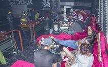 Ma túy, dụng cụ ăn chơi vương vãi đầy sàn quán bar khi cảnh sát vây bắt