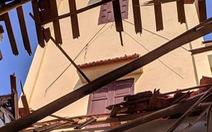 Lốc xoáy, mái tôn nhà hàng xóm rơi xuống phòng ngủ làm chết bà mẹ trẻ