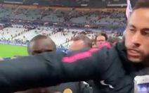 Neymar gây sốc khi đấm khán giả lúc lên nhận huy chương