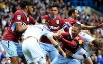 Chơi đẹp, cầu thủ Leeds United 'đứng yên' để đối phương ghi bàn
