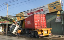 Xe container tông sập nhà dân lúc rạng sáng