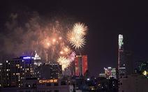 Pháo hoa đua sắc trên bầu trời TP.HCM đêm 30-4