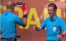 Video hài hước trợ lý trọng tài bị 'thẻ đỏ' vì dừng trận đấu để đi... toilet !