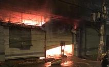 Cháy kho chứa hàng hóa trong đêm ở Thủ Đức