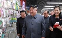 Ông Kim Jong Un tươi cười đi thăm trung tâm hàng xịn
