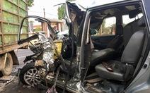 Ôtô 7 chỗ đụng xe tải, 4 người bị thương nặng