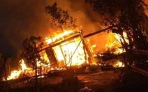 Cụ bà neo đơn đứng khóc nhìn 'bà hỏa' thiêu rụi nhà mình