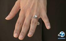 Đánh rơi nhẫn cưới 11 năm, bất ngờ có người tìm trả