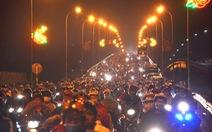 Cầu Bến Lức ken kín xe máy trong đêm 1-5