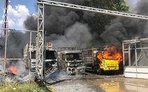 Bà hỏa thiêu rụi 3 xe tải và xưởng phế liệu ở Long An