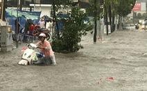 Mới mưa đầu mùa, đường phố TP.HCM ngập mênh mông lênh láng