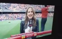 Video nữ phóng viên ngã sấp mặt vì bóng trúng đầu ở bán kết Europa League