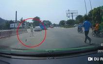 Vứt dép chạy đuổi theo tài xế xe hơi vượt trạm thu phí Bến Thủy