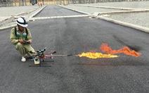 Xem 'Rồng lửa 2' của ngành điện 'khạc lửa' đốt vật thể lạ trên đường dây