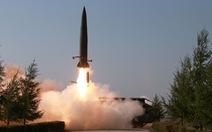 Mỹ loan tin bắt tàu Triều Tiên, Bình Nhưỡng tập trận tấn công tầm xa