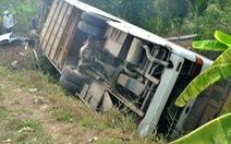 Xe chở công nhân lật trên quốc lộ 62, 10 người bị thương
