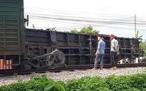 'Giải cứu' tàu hàng lật, thông đường sắt Thống Nhất sau 7 tiếng