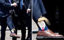 Lãnh đạo Louisiana giơ chân khoe tất có hình ông Trump khi đón tổng thống
