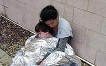 Ảnh gây sốc về thân phận những đứa trẻ ở biên giới Mỹ - Mexico