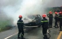 Ôtô trên đường đi bảo dưỡng bốc cháy trơ khung