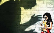Bắt hàng xóm 52 tuổi nghi nhiều lần hiếp dâm bé gái lớp 5