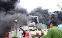 Lửa vẫn cháy cuồn cuộn ở khu công nghiệp sau 5 giờ