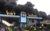 Cháy lớn ở Bình Dương, khói bốc cao trăm mét, công nhân ôm đồ ứng cứu