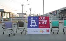Chế xe đẩy hàng siêu thị thành 'xe lăn' cho người già