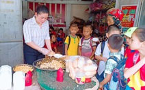 Vợ chồng thầy giáo tự tay nấu bữa sáng tặng trò nghèo