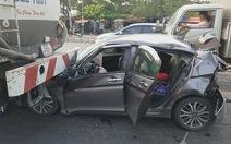Ô tô con bị tông biến dạng khi dừng chờ đèn đỏ, 3 người suýt chết