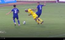 Video ngoại binh khiến Quảng Nam nhận hai quả 11m trong một hiệp