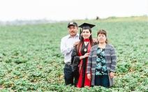 Ngày tốt nghiệp, con gái chụp ảnh với cha mẹ làm thuê trên đồng cà chua