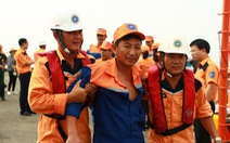 Cứu tàu câu mực cùng 52 ngư dân trôi dạt trên biển Hoàng Sa