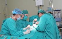 Phẫu thuật cho bé trai 2 tuổi bị dị tật... không tìm thấy dương vật