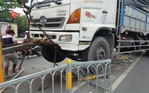 Xe tải nặng mất lái cày nát dải phân cách, nhiều người tháo chạy