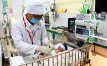 Phẫu thuật cứu bé trai sơ sinh bị dị tật hở thành bụng
