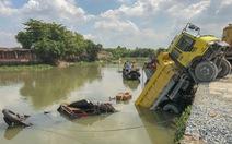 Xe ben rơi xuống sông đè chìm ghe bán tạp hóa