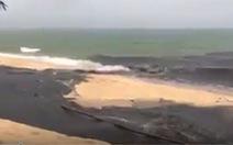 Du khách kinh hoàng chứng kiến dòng nước đen ngòm đổ ra biển Phú Quốc
