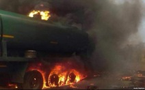 Xe bồn chở xăng nổ tung, ít nhất 55 người thiệt mạng