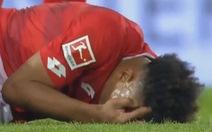 Cầu thủ chấn thương kinh hoàng vẫn ghi bàn nhưng sau đó…không nhớ gì