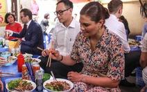 Công chúa kế vị Thụy Điển ăn bún bò vỉa hè, đội nón lá Việt Nam