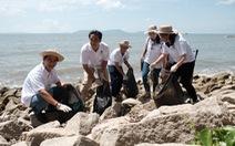 Trồng cây xanh, làm sạch bãi biển Cần Giờ