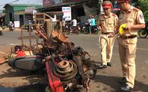 Máy cày gãy bánh trên quốc lộ, 10 người bị thương