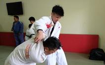 Lính thủy Nhật vật Judo với vận động viên Việt