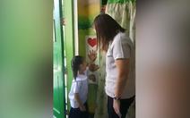 Cô giáo đón học sinh vào lớp theo cách 'dễ thương nhất quả đất'