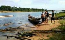 Người dân tháo dỡ hàng rào cọc tre ngăn cát tặc trên sông Bồ