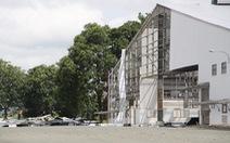 Video: Sửa mái tôn nhà máy gặp gió lớn, một công nhân ngã tử vong