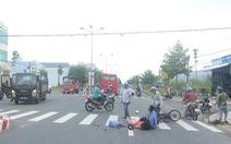 Xe khách tông xe máy, người chồng bị thương ôm thi thể vợ khóc thảm