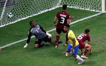 VAR 'cản' chủ nhà Brazil giành chiếc vé đầu tiên vào tứ kết